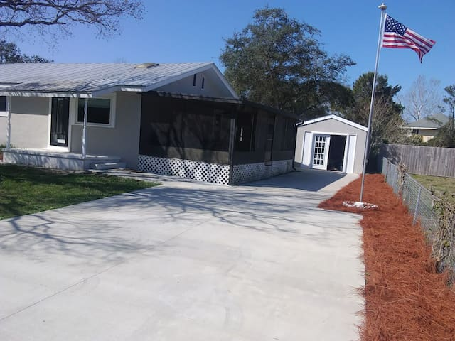 3 Bed Room House One Mile from Beach & Lake