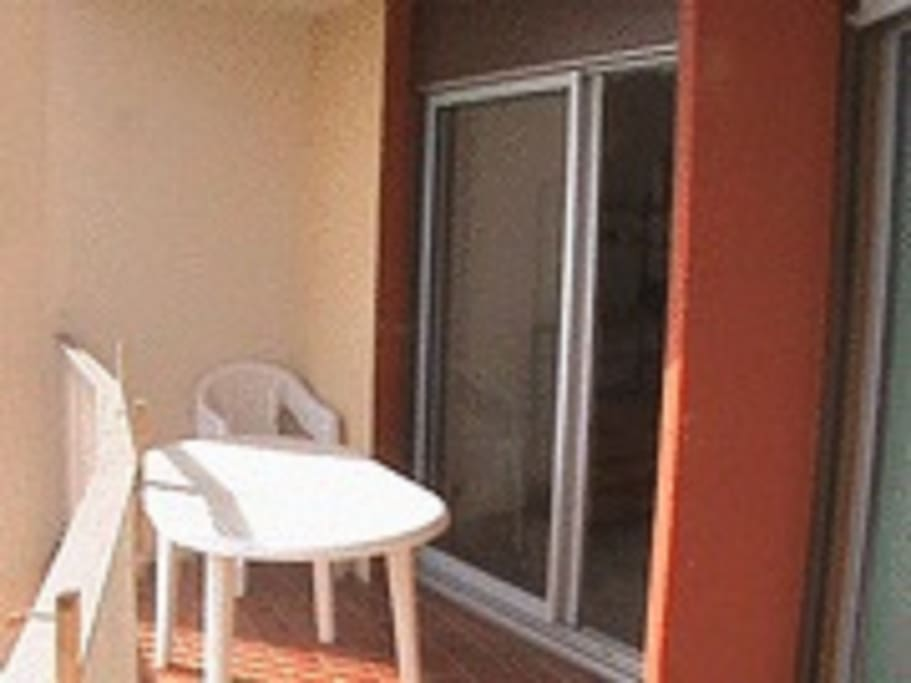 balcon avec table, chaises et 1 bain de soleil