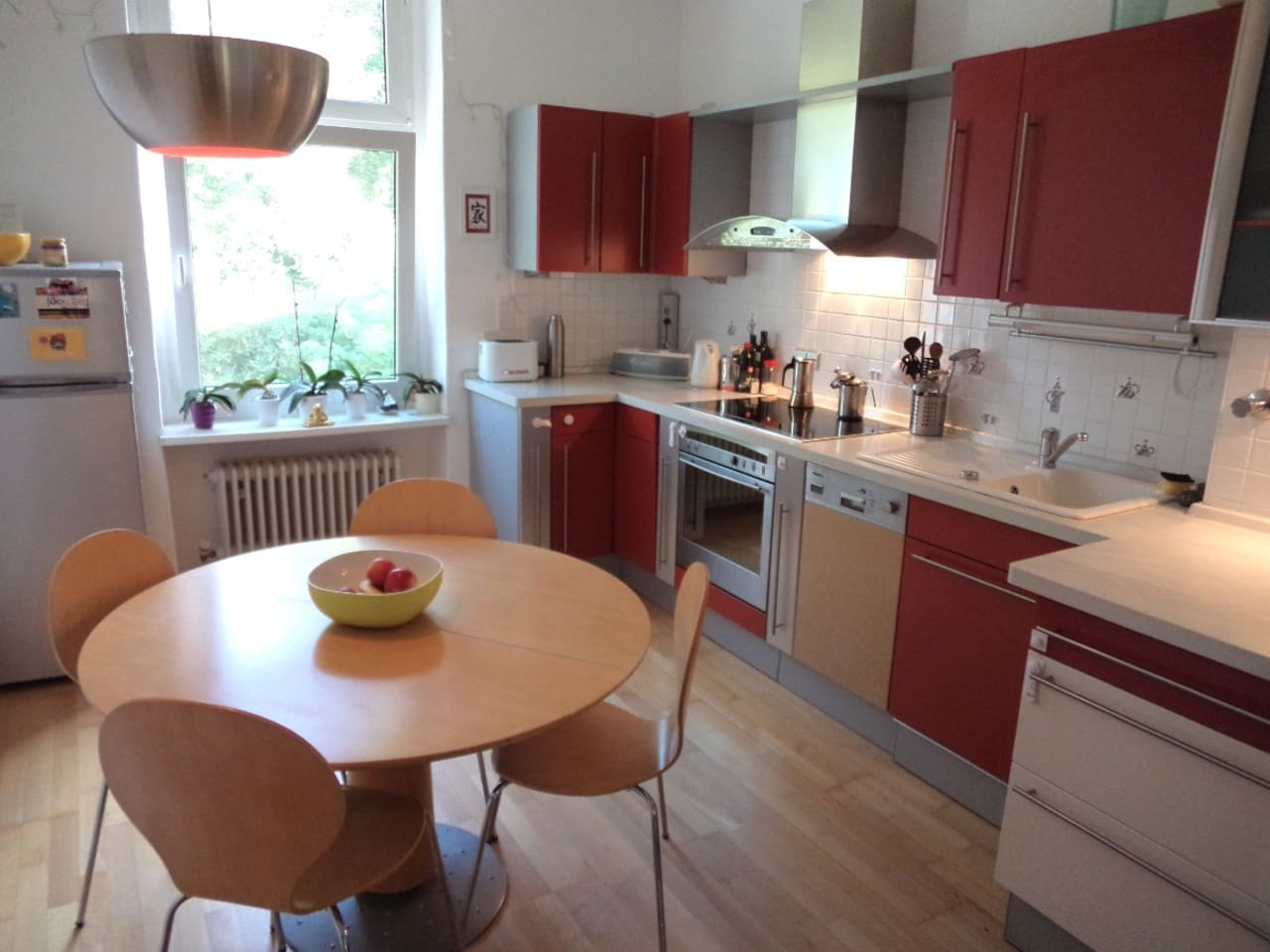 Spacious, well equipped kitchen with dishwashing machine.