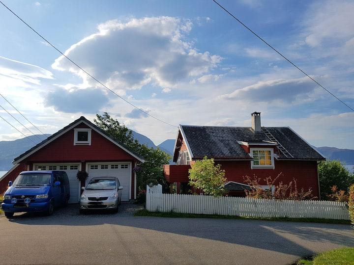 Huset ved fjorden nær Høgskule, sentrum Eg. inng.