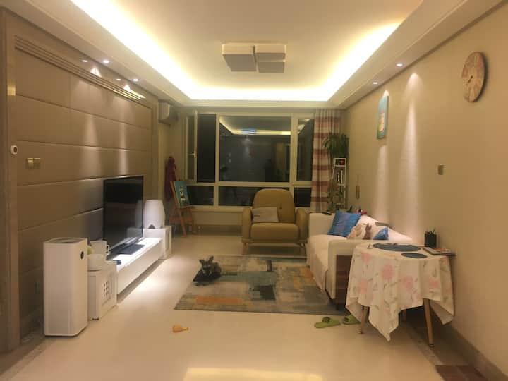 五彩城精品公寓。110平米,可做饭。可提供商业拍照