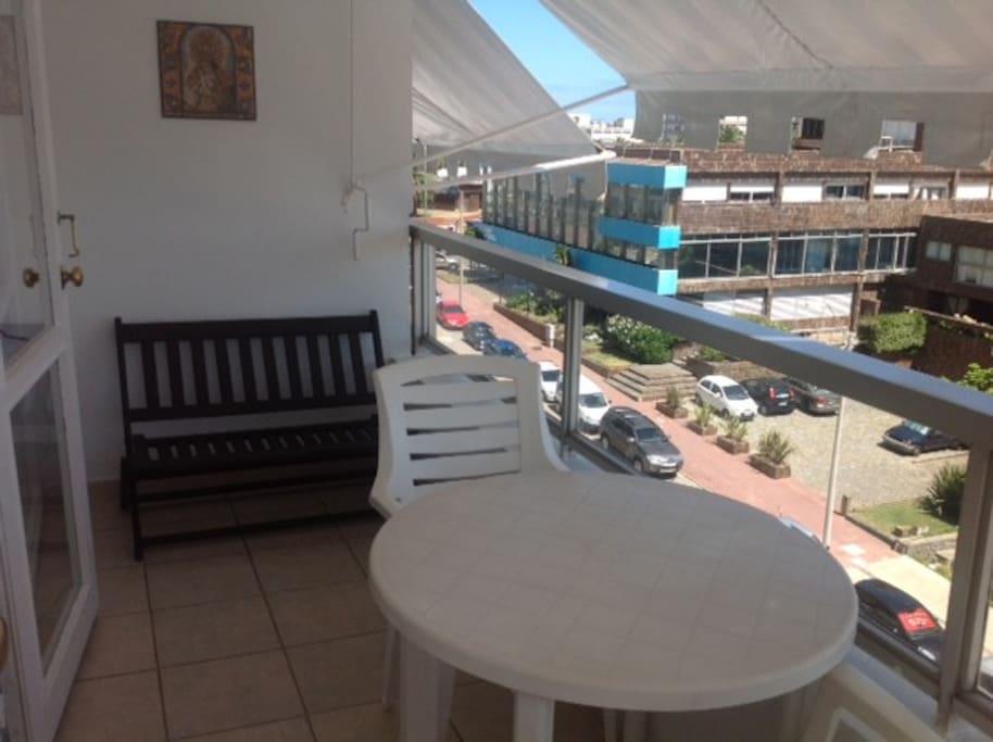 Balcón amplio con vista al puerto y a la feria de los artezanos.
