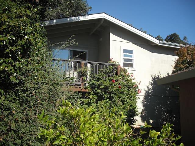 Private Cottage w/ Deck & Bay Views - San Rafael - Blockhütte