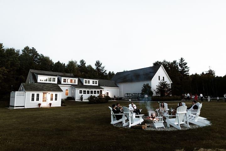 Modern farmhouse for 12, 20 min to lakes + beach