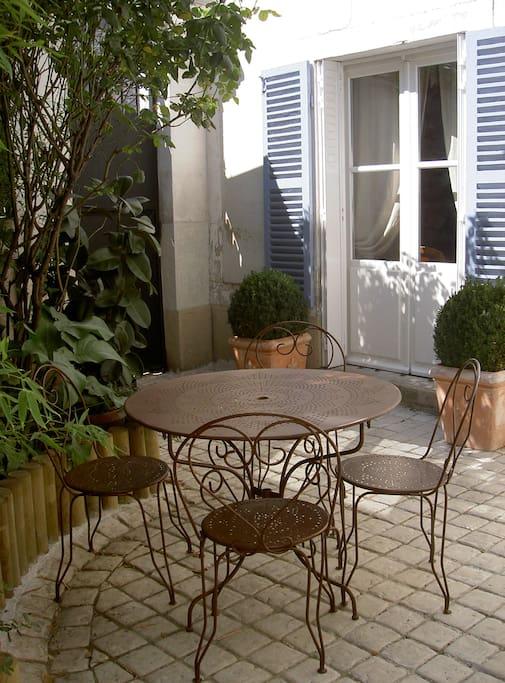 Jardin avec coure pavée rocaille bambou et plantes verte