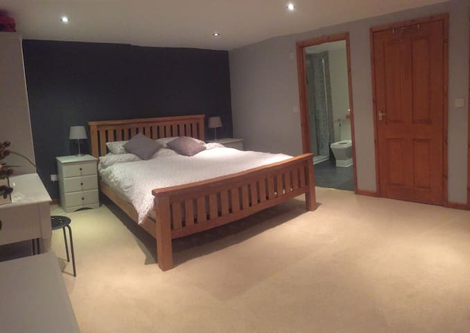 Large Modern Bedroom with En-Suite/ Hot Tub - St Austell