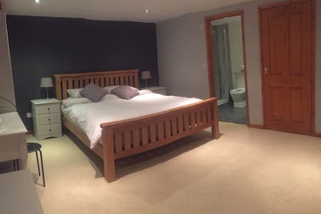 Large Modern Bedroom with En-Suite/ Hot Tub - St Austell - Haus