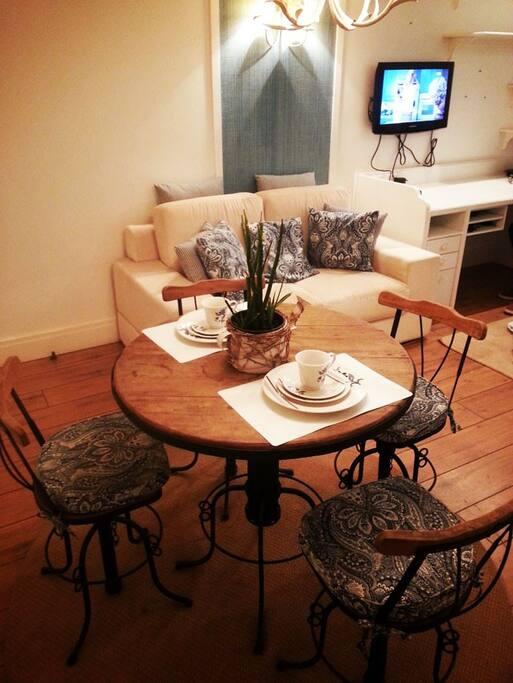 mini cozinha com microondas, sanduicheira, cafeteira, frigobar / mini breakfast table