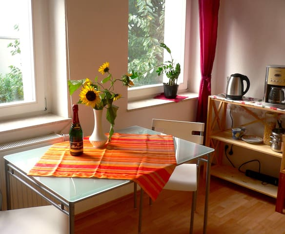 Beautiful, bright room with garden