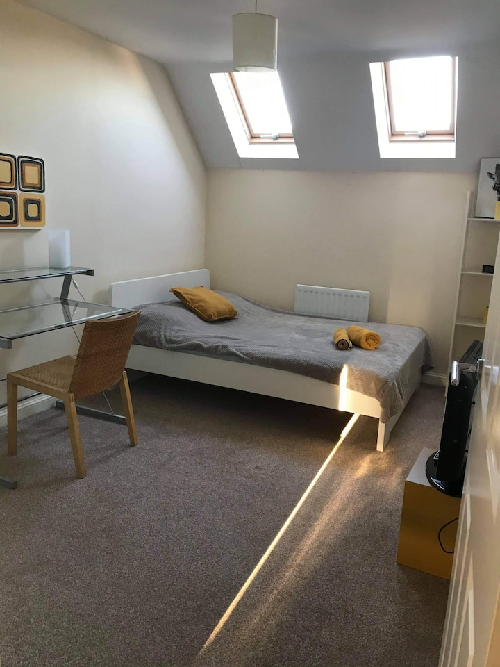 Cosy, double ensuite room in spacious house.Tram.
