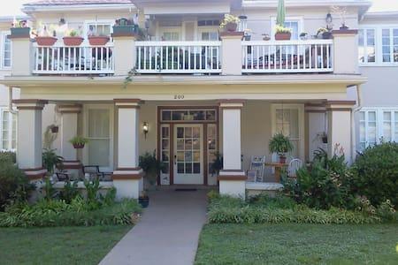 Historic Downtown Cozy Blue Suite! Private Liv/Bth - Huntsville - Hus