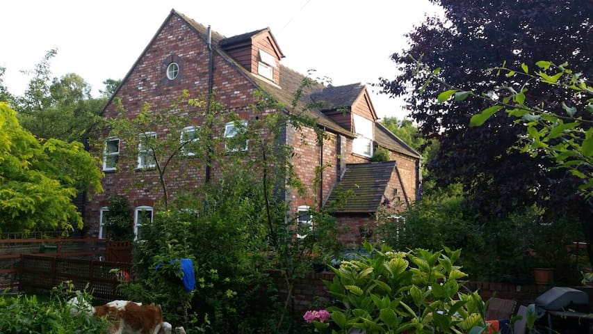 Telford Chapel: WiFi, parking, huge room, bathroom - Lightmoor