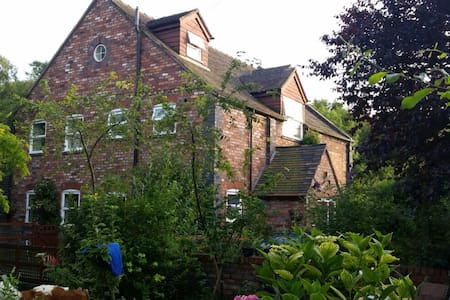 Telford Chapel: WiFi, parking, huge room, bathroom - Lightmoor - Casa