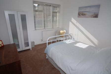 Double bed in lovely spacious room - Rumah