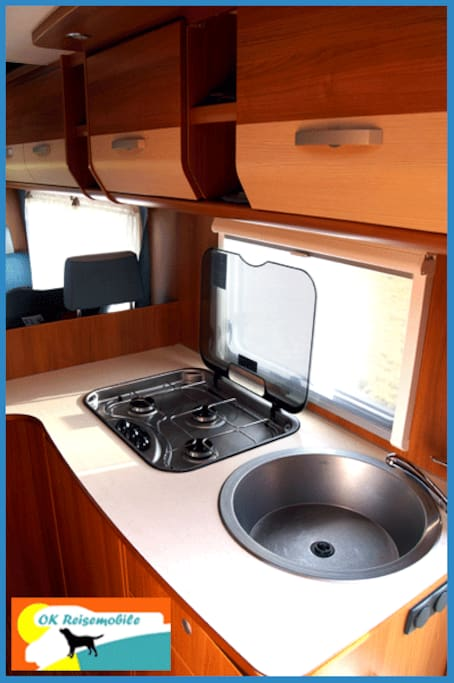 Die Küche: 3-Flammen-Gaskocher und Spüle...