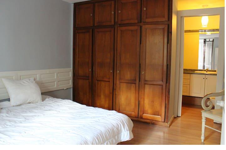 chambre: 2 lits de 90 cm et sa salle de bain