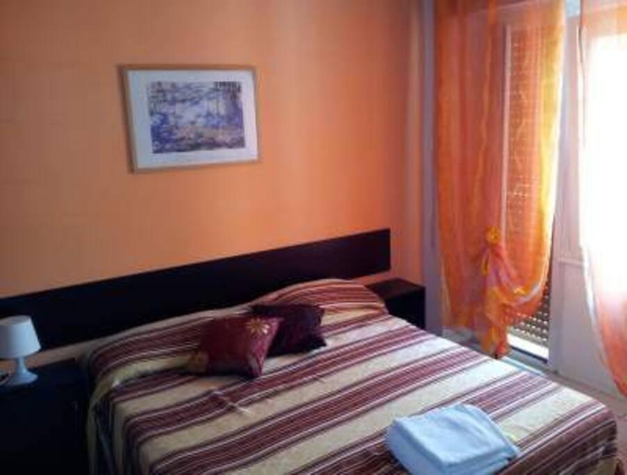 Camera arancio, con bagno privato, tv, aria condizionata, wifi gratuita.