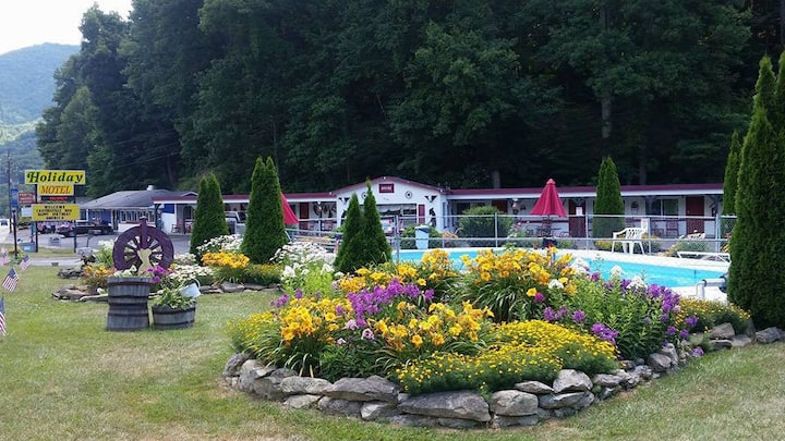 Spacious motel room in the heart of Maggie Valley