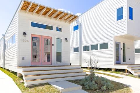 Modern + Minimalist 1BR House   East Downtown 1506