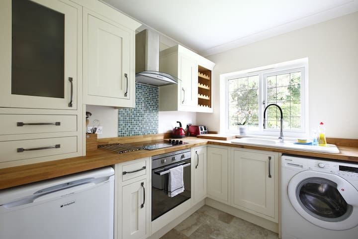 Kitchen, electric hob and oven, fridge and washing machine. Tea & Coffee facilities & every day kitchen utensils. There is no microwave.