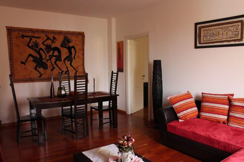 Spacious living area / 넓고 고풍스러운 거실