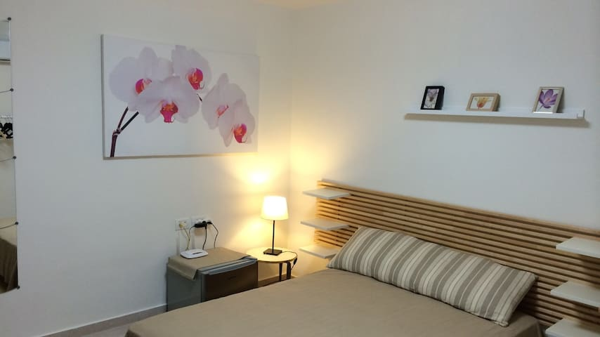"""Stacey, UK: """"This was my second time staying with Ayal and it was wonderful again. The apartment is immaculately clean and the view beautiful, and Ayal is friendly and warm. I high recommend this place."""""""