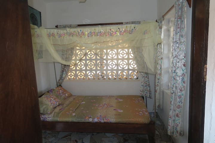 Accommodation with pool for backpackers in Watamu