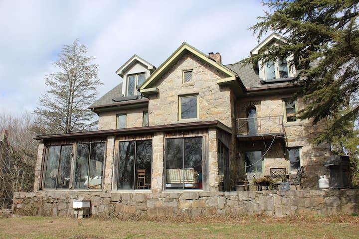 Nature's Paradise - Historic Stone House Room 1
