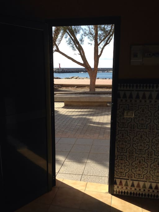 View from the from the front door, you are right on the beach.  Vista desde la puerta principal.