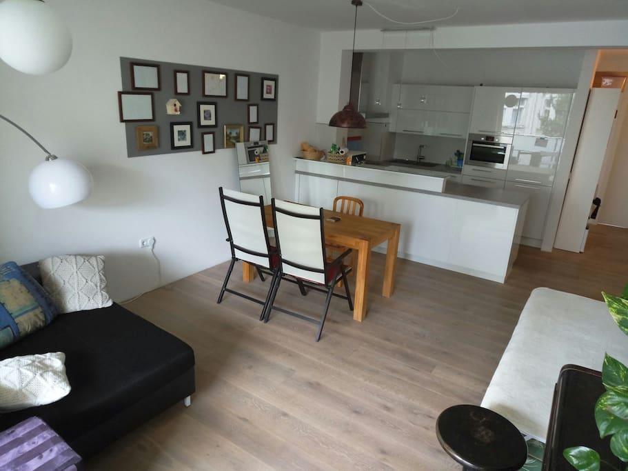 wohnzimmer mit k che und bett wohnungen zur miete in linz ober sterreich sterreich. Black Bedroom Furniture Sets. Home Design Ideas