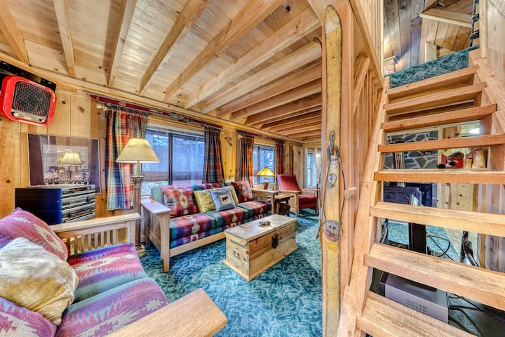 Charming Mt. Hood cabin - close to chairlifts, boutiques, shops, dining!