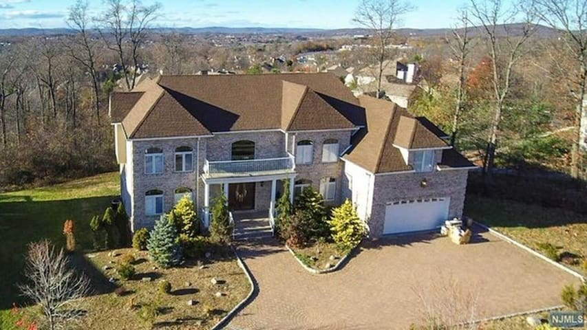 Beautiful 5,800 Sq ft. palace 20 min from NYC - Wayne - Haus