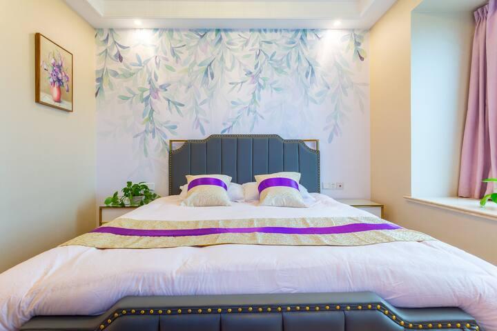卧室1:主卧带独立卫浴,1.8米大床,60寸液晶智能电视