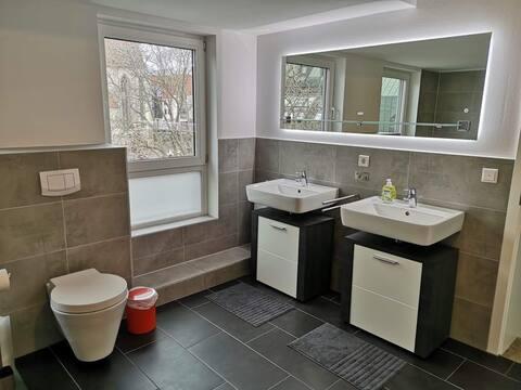 Чисто нов, ярък апартамент с 4 спални в центъра