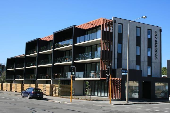 Sunny Modern Central City Executive Apartment