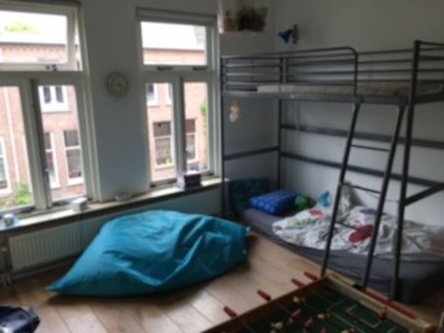 ruime slaap kamer met stapelbed