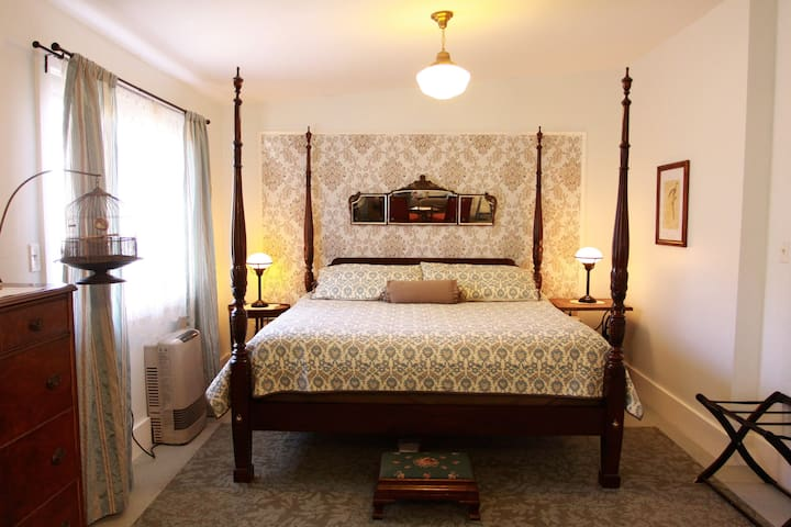 King Suite - Room 12, Twin Gables of Woodstock