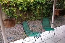 Varanda gostosa com redes e cadeiras confortáveis :)