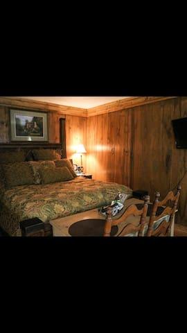 Cozy Cabin with 1 Queen + Futon