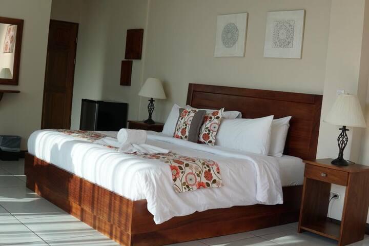 HEAVEN DOORS FAMILY DELUXE ROOM/ KING SIZE BED. AC