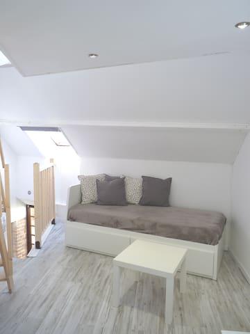 Vue du coin salon (banquette-lit 160x200)