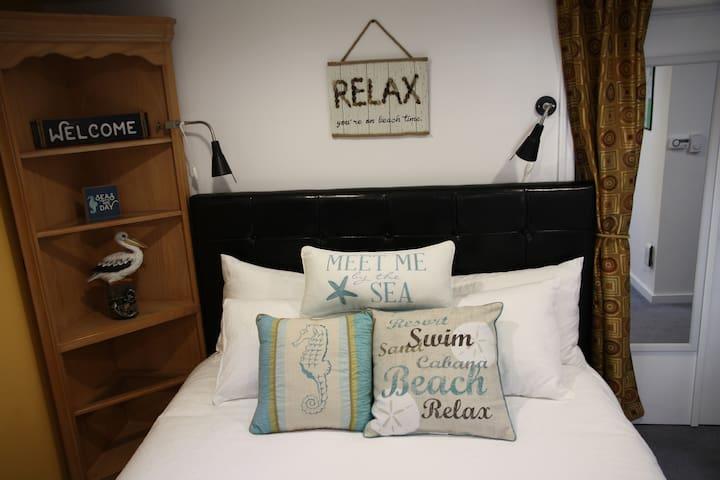 A Cozy Private Getaway at Alki Beach