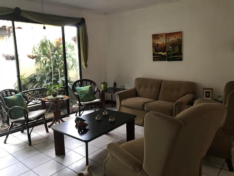 Room near Airport/ Cerca del Aeropuerto