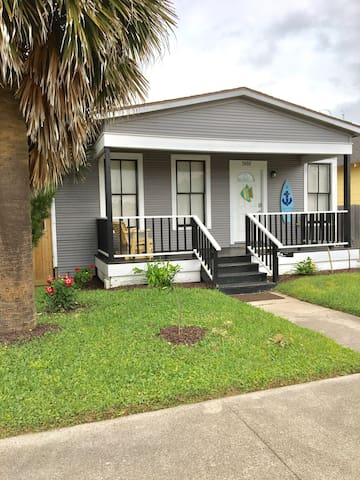 2 Bdr Home 1 blk from Seawall! Off street parking! - Galveston - Maison