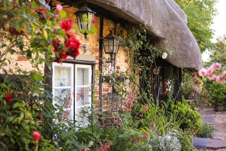 Cosy room in Tudor thatched cottage - Hampshire - Hus