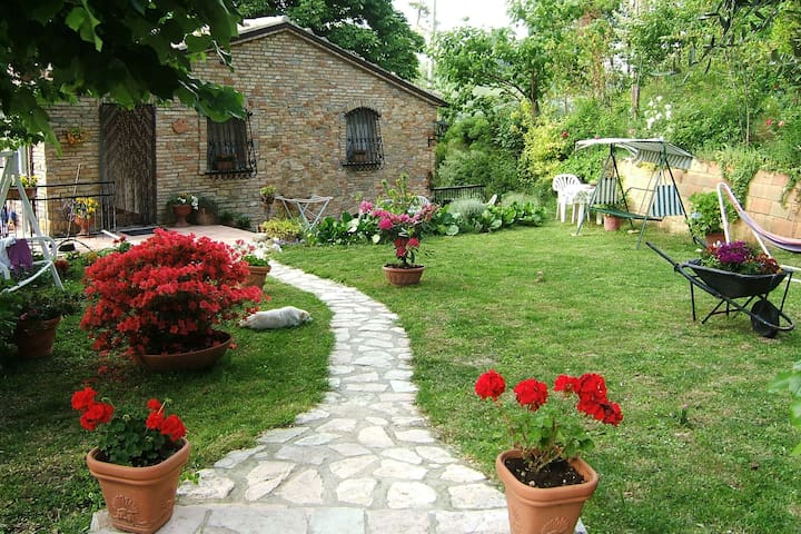 A quiet holiday home with garden in the hills, 15 minutes from the sea