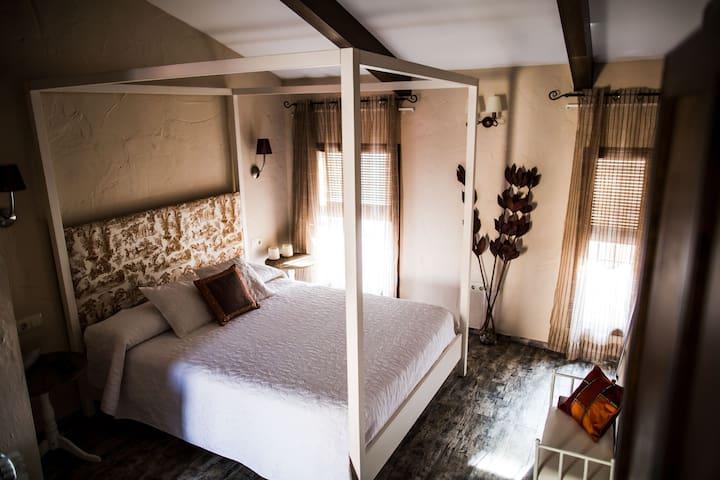 Habitación con cama de matrimonio con dosel de 1.60