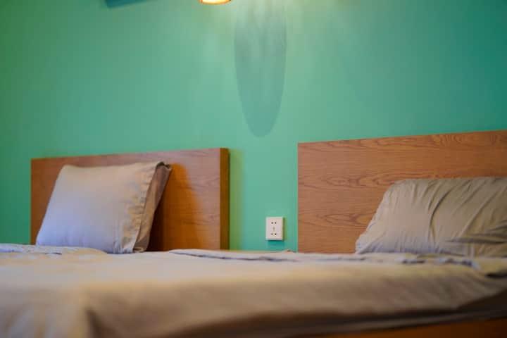 Twin bed Scandinavian serviced studio near airport