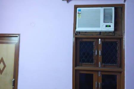 1 room(Attach bathroom) in 3 BHK  - Neu-Delhi
