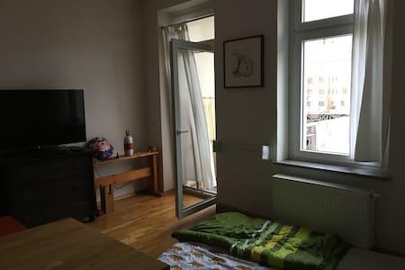 Geräumiges Zimmer mit Balkon und offener Wohnküche - 萊比錫